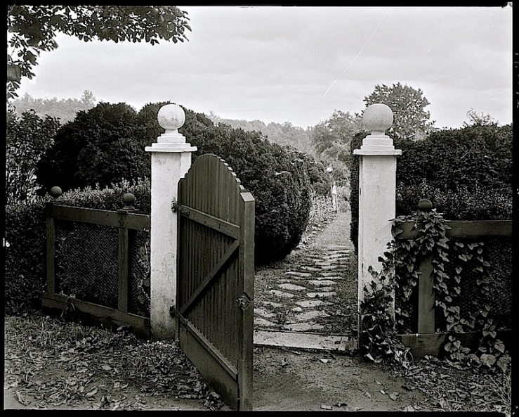 The gate, Redlands, LoC