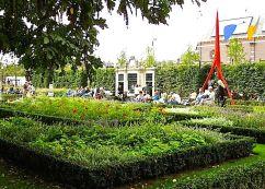 The tuinhuis set into a tall hedge.