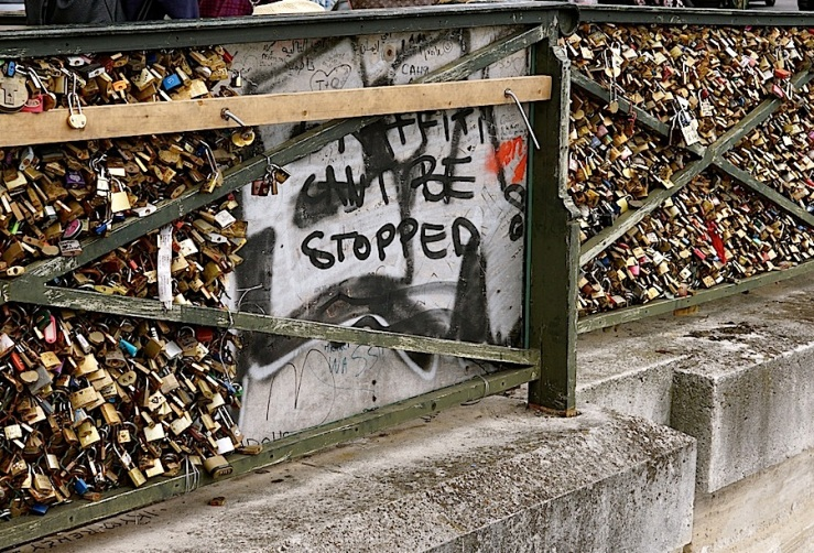 Pont des Arts 7, Paris, Sept 2015, enclos*ure