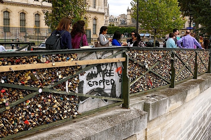 Pont des Arts 8, Paris, Sept 2015, enclos*ure