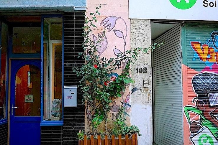 Rue de Flandre, Brussels, Sept. 2015, enclos*ure