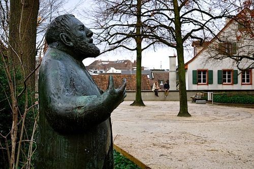 Sculpture of a Basel public servant by Peter Moilliet.