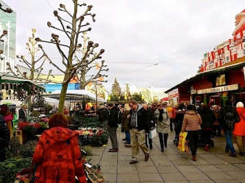 In this area, most of the stands were selling flowers and greenery.