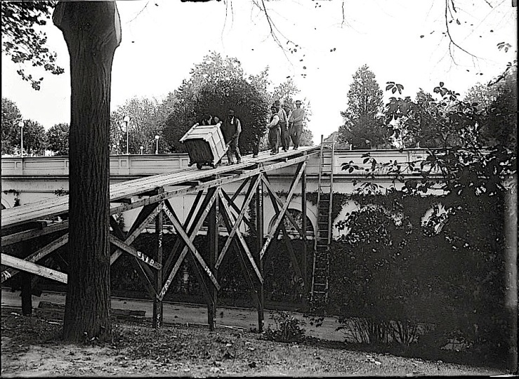 Placing bay trees at White House, Library of Congress