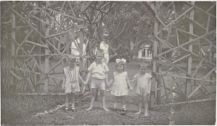 Vier kinderen hand in hand, 1924, Rijkmuseum