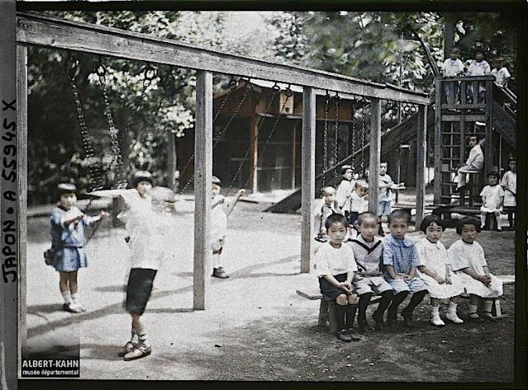 Ecole d'Aoyama, enfants et balançoires, Tôkyô, Japon, été 1926, (Autochrome, 9 x 12 cm), Roger Dumas, Département des Hauts-de-Seine, musée Albert-Kahn, Archives de la Planète, A 55 945 X