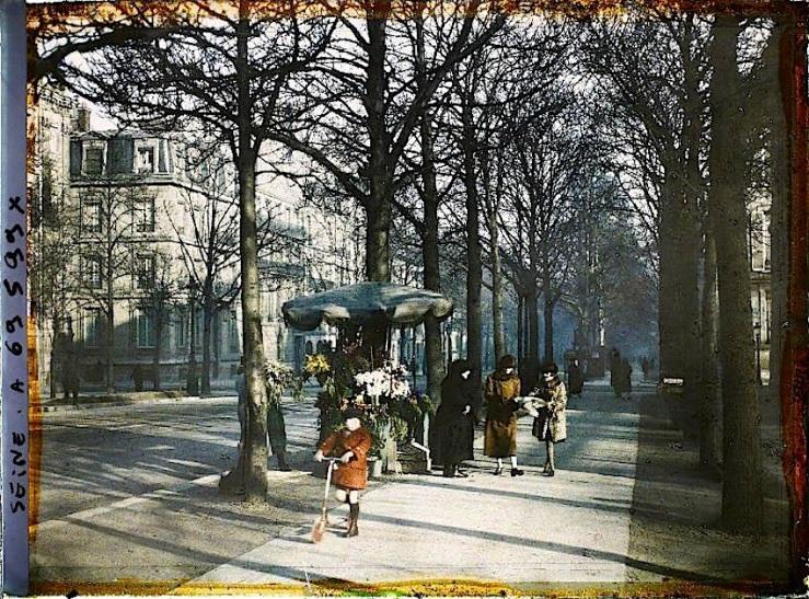 Une marchande de fleurs, au niveau du 64 avenue Hoche, Paris (VIIIe arr.), France, 1924 (?), (Autochrome, 9 x 12 cm), Auguste Léon, Département des Hauts-de-Seine, musée Albert-Kahn, Archives de la Planète, A 69 599 X