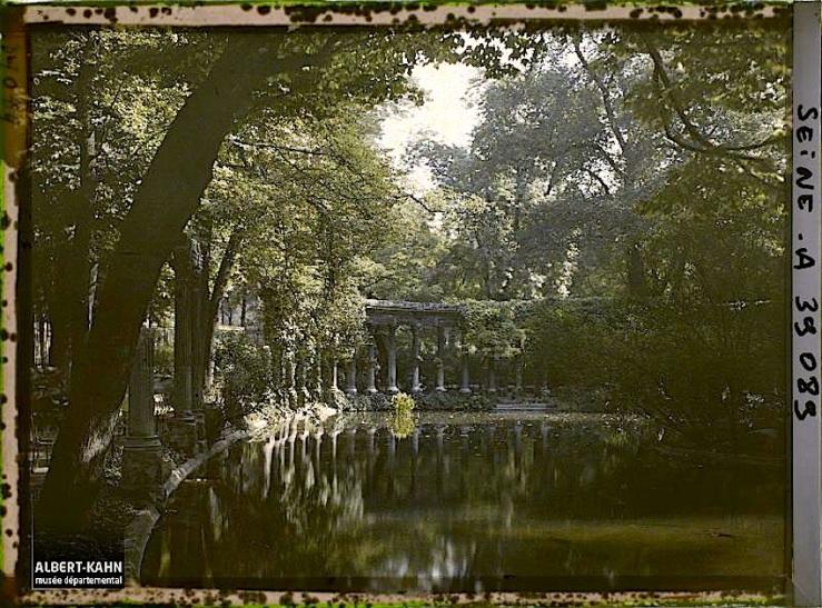 Colonnade dans le parc Monceau, la Naumachie, Paris (VIIIe arr.), France, 12 septembre 1923, (Autochrome, 9 x 12 cm), Auguste Léon, Département des Hauts-de-Seine, musée Albert-Kahn, Archives de la Planète, A 39 089 S