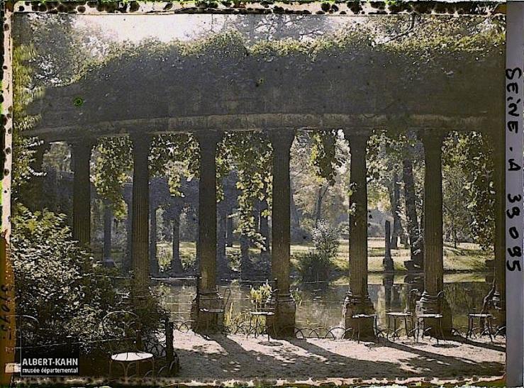 Colonnade dans le parc Monceau, la Naumachie, Paris (VIIIe arr.), France, 12 septembre 1923, (Autochrome, 9 x 12 cm), Auguste Léon, Département des Hauts-de-Seine, musée Albert-Kahn, Archives de la Planète, A 39 095 S